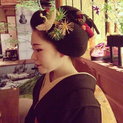 geisha-licious:  by @PYO_NNN_KY on Instagram maiko Manaha is currently wearing the sakkou hairstyle - she will become a geiko very soon!