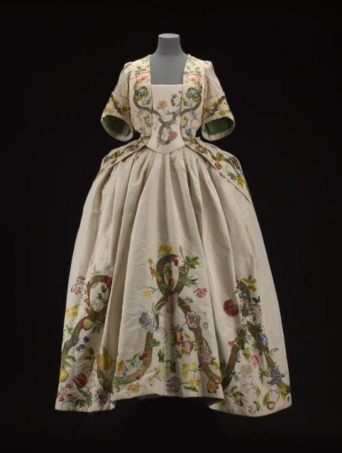 18th century georgian 1740& 039;s extant garments dress gown mantua