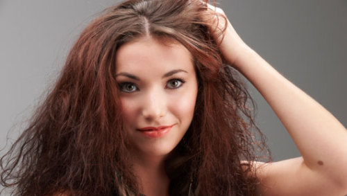 Home remedies for dry hair Here are five ideas for things you can use at home to help with dry hair. Most of these items are probably already in your refrigerator.
