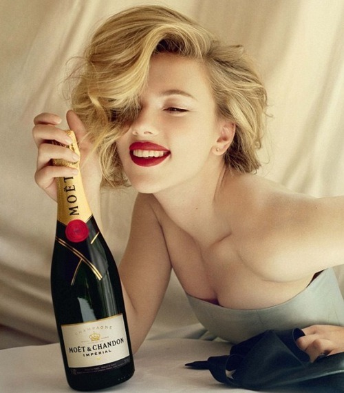 sarahbearable:  red lips. life is good. champagne.