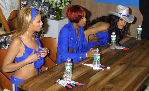 poormichelle:  The time she wondered why Beyonce's autograph line was so much longer than hers…  OMG DEAD.
