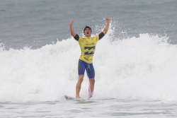 surf4living:  this guy made the sickest airs in competition (apart from kelly's in new york and bells) that 9.70 against adriano was nuuuuuts