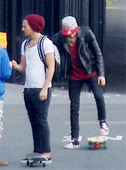 tomlinperfect:  peterpanandlarry:  [sk8r boy plays faintly in the background]  NIONONONONO NONO PENEOEN OPENOPEN OPNOPeE