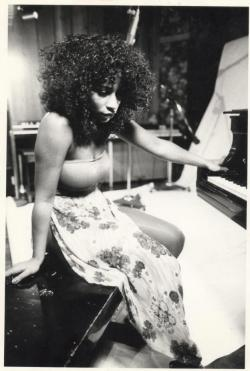 popitfadatnigga:  them-babies:   CHAKA KHAN  Favorite singer. EVER.   yes ma'am.
