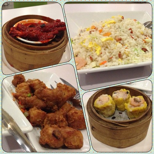 Our dinner for tonight! #yangchow fried rice, spicy #spareribs, #chickenfeet and #porksiomai ~ at Lucky Chinatown Banawe :) #foodporn #food