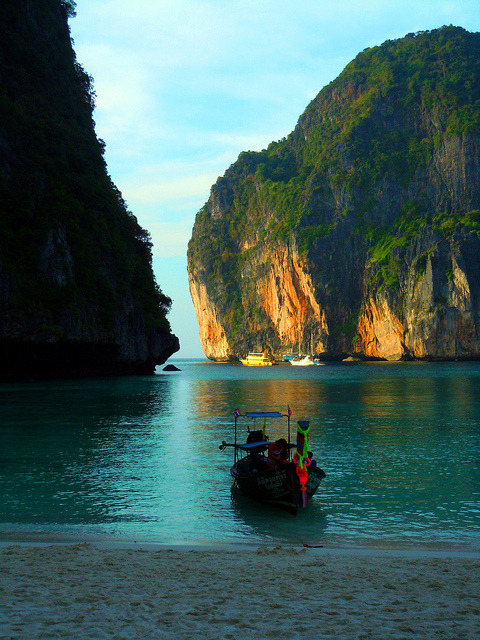 visitheworld:  Maya Bay in Phi Phi Leh Islands, Thailand (by fugaroo).