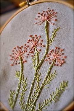 somuchyarnsolittletime:  (via embroidery / embroidered flowers via Patina Moon)