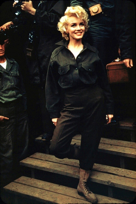 lesfemmes:  (via women / marilyn monroe in korea , 1954)