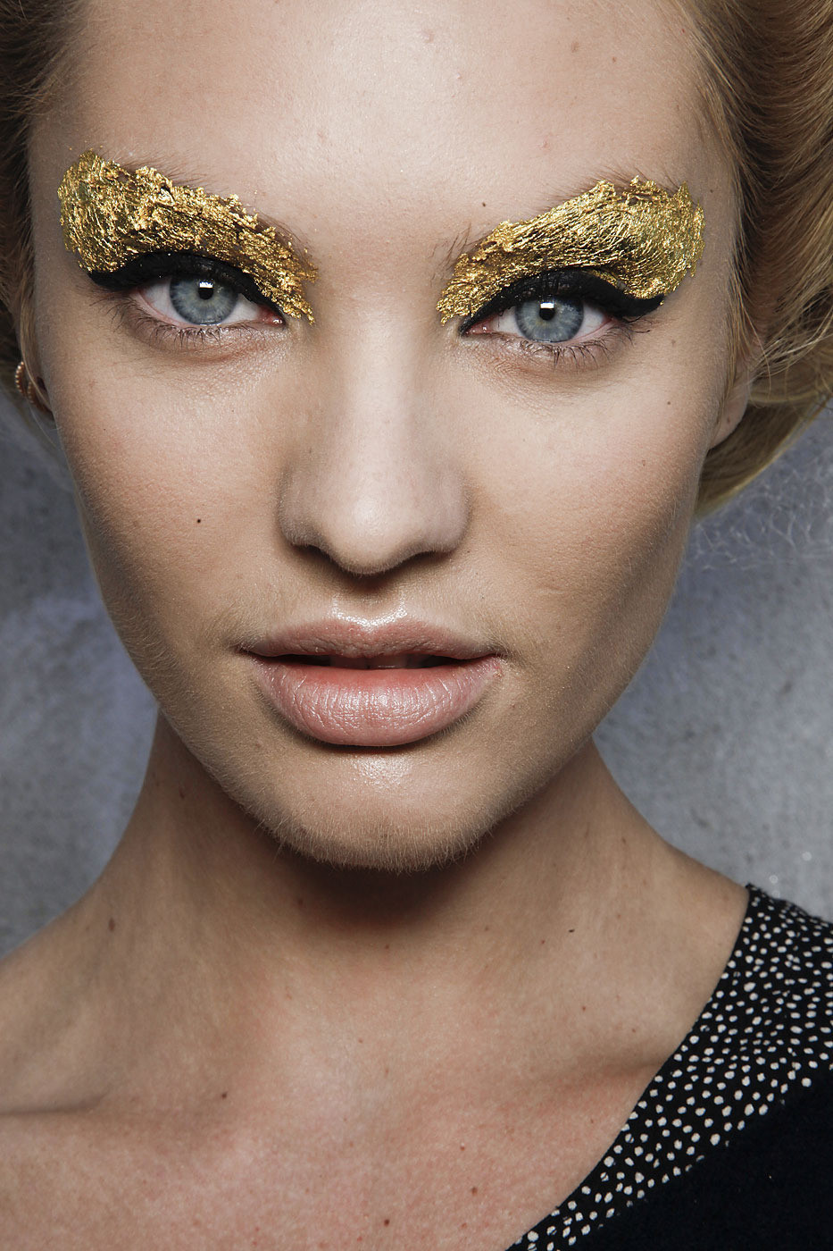 catwalkclub:  Candice Swanepoel backstage at Fendi Spring 2012