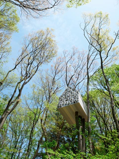 busyboomagazine:  Tree House Bird Apartment: Watching The Birds If you're an avid bird watcher you will surely love this beautiful project. A brilliant nature-architecture concept was implemented at the Momfuku Ando Centre, in Japan. 78 small bird nesting boxes, in their classical appearance (as we all remember them from childhood), are put together to form a joyful mosaic facade! And that's not all – the nests occupy only one part of the structure, whereas the rest is a modern tree house for humans – How marvelous!