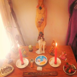 risingkundalini:  My moontime/earth day altar. Take time to honor the divine within, to flow freely, and to give thanks to mother earth.