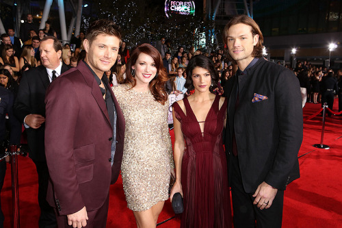 all-spn:  Jared and Genevieve, Jensen and Danneel  All together on the People's Choice Red Carpet! Finally!
