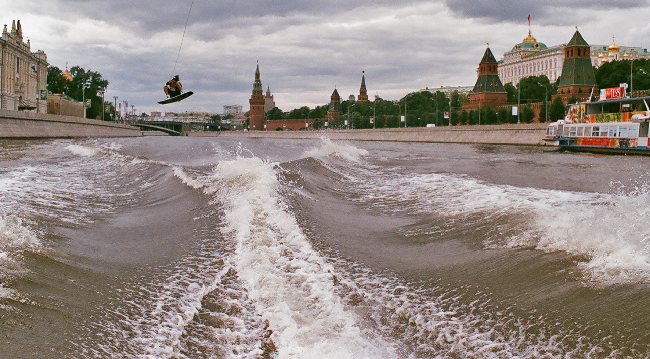 Nikita Martianov showing his skills in front of Kremlin.