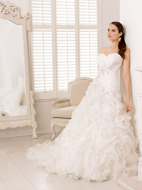 awesomeweddingdresses:  http://www.thesposagroup.com/en/divina-sposa.php#