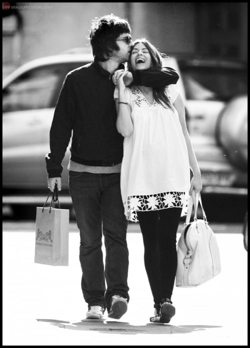 Noel Gallagher & Sara MacDonald photographed in Marylebone, London. Sept 2007. Photograph by Toby English