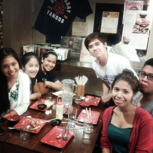 Catching up with 'V' friends on Maginhawa Street after an evening jog in UP. :> (Photo from @erikadzn)