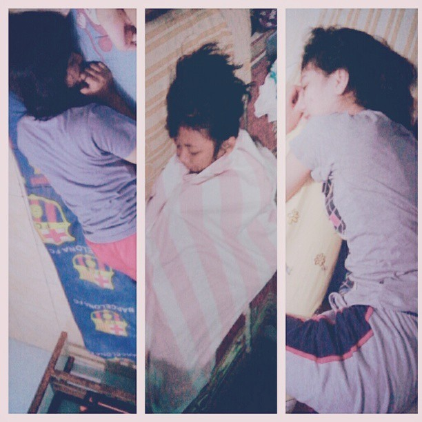 Ditinggal tidur hikks hiiksss.. jahaaaat…. T_T wkwkkk #lol #pajamasparty #friends #sleep #habit #candid #genggess :P