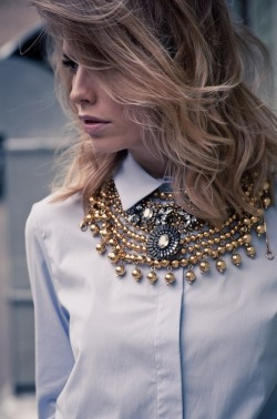 lulufrost:  BAUBLE OF THE DAY Collar poppin'