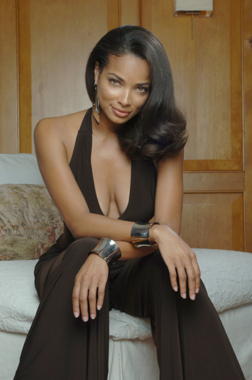 wwwbeautifullensecom:  alifewellsuited:  The gorgeous Rochelle Aytes   indeed.