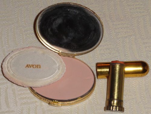 Vintage Makeup: Vintage Makeup - Powder Keg Compacts on We Heart It - http://weheartit.com/entry/29649397/via/feltfunny   Hearted from: http://vintagemakeup.blogspot.com.ar/2012/02/vintage-makeup-powder-keg-compacts.html