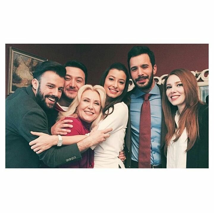 Cast of Kiralik Ask - I love this picture!!! L-R; Sinan, Koray, Neriman, Seda, Ömer, and Defne. I went with the name of the characters, I'm still new to this lol!