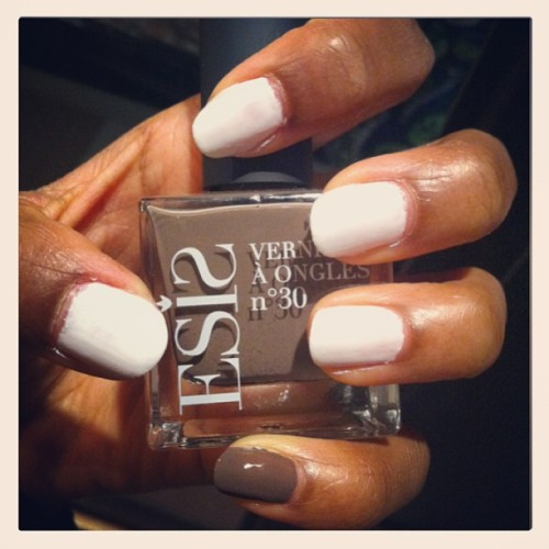 NOTD 💜💅 #notd #nails #white #essie #brown #esis #love
