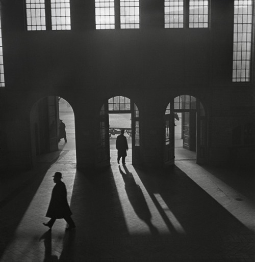 Roman Vishniac Interior of the Anhalter Bahnhof, a railway terminus near Potsdamer Platz, Berlin, late 1920s – early 1930s. Also