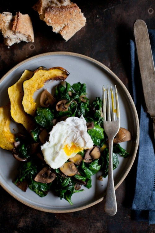 bkfst:  (via Tartelette: Poached Eggs With Sauteed Spinach & Mushrooms)