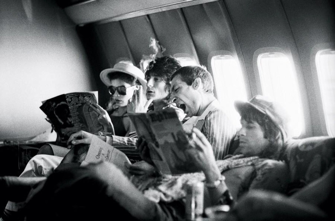plaisirdelire:  Ken Regan - Tour of the Americas, on the plane between San Antonio and Kansas City, June 1975. Left to right : Bianca Jagger, Ron Wood, Charlie Watts and Keith Richards.