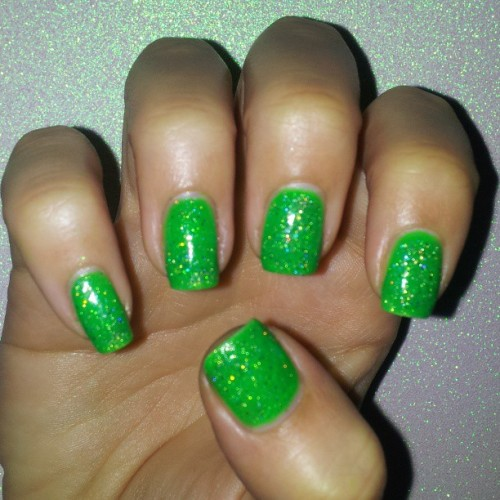 Simple #NailArtMar #Stpatricksday #notd #stpatricksdaynails #sinfulcolors #IrishGreen #ninaultrapro #holographictopcoat #cnlc #michellemealey #nailoftheday #nailsoftheday