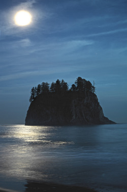 Second Beach Moonscape (by jojo.edtan)A long exposure during the twilight hour. The waves were crashing in and washing away the sand where the tripod stands.