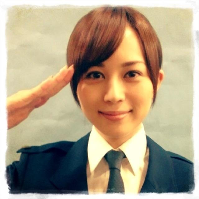 笑顔で敬礼をしている警察官の制服姿の比嘉愛未の画像