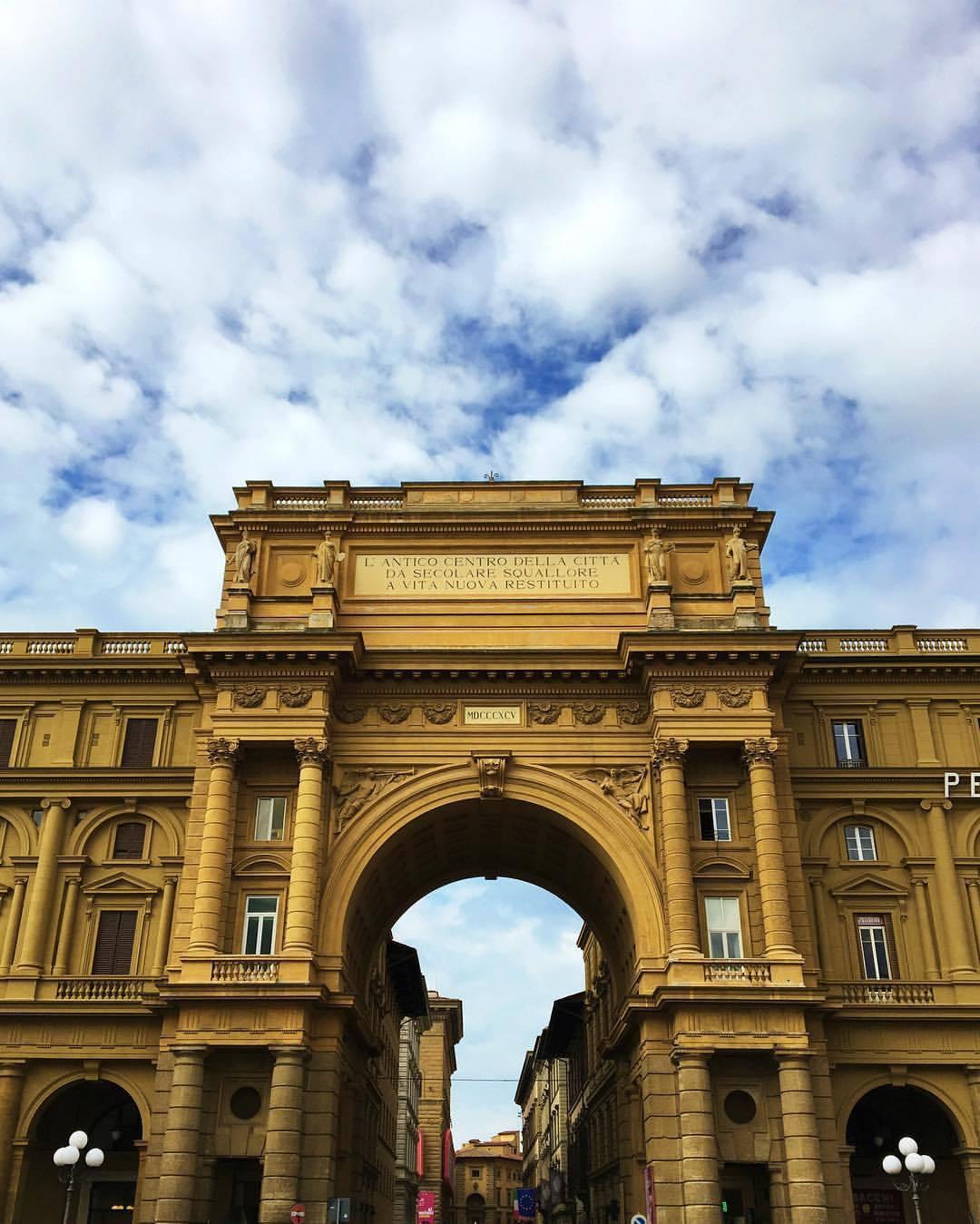 Sunday funday! #sundayfunday #florence #piazzalife #italy (at Piazza della Repubblica, Florence)