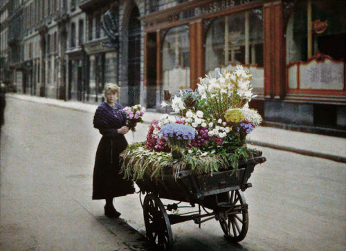 Paris in 1914: Full Gallery Paris 1914 is a website with a series of photos taken in Paris. It's not only from 1914, but definitely around the same time frame. Be sure to check out the full gallery. http://www.paris1914.com/