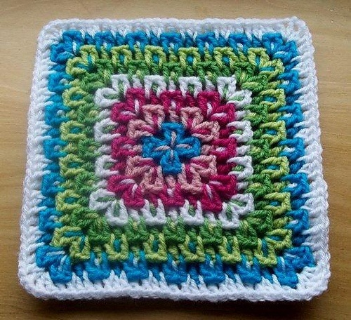 podkins:  Fireworks Surprise by Amy Schwab  What a fab little granny square right?  This is a free Ravelry download.  Amy recommends using anywhere from two to eight colors per square.