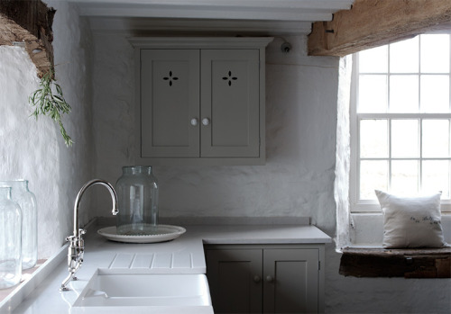 window seat in a beautiful rustic kitchen (via desiretoinspire.net - deVOL)