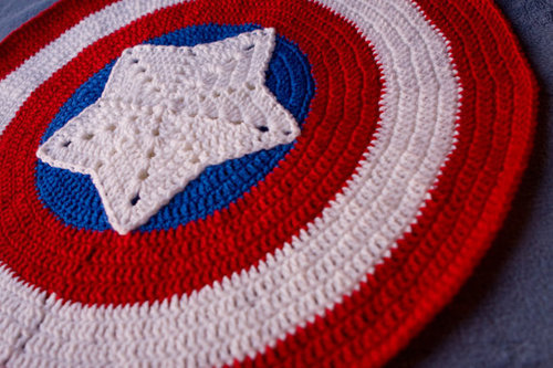 crochetitaintso:  Captain America Baby Blanket Marvel The por SheriBFabulous en Etsy on We Heart It. http://weheartit.com/entry/46342628/via/fsolariww Hi yes I made this and found it on weheartit.com. I feel famous.