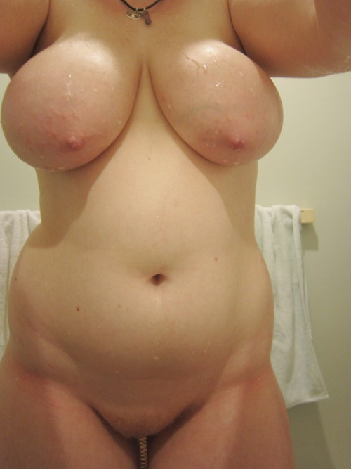 nudebbwpics:  NudeBig Beautiful Women  what wondrous curves !!