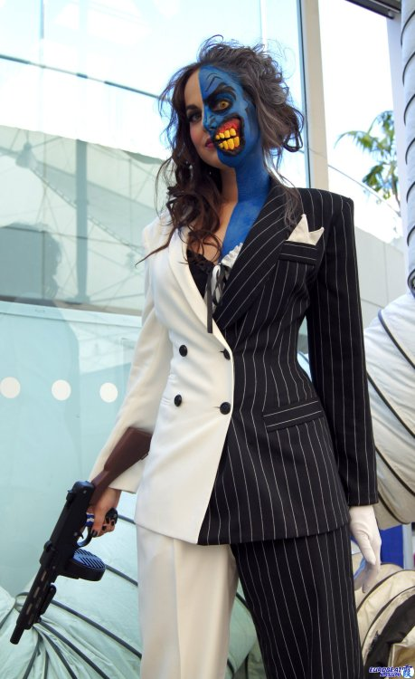 redfruitwhiteseeds:  buttless-butler:  Two-face from DC Comics By Meagan Marie Impressive makeup work!  OH MY GOD
