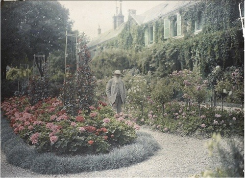 fickleforest:  Claude Monet in his garden, 1921.