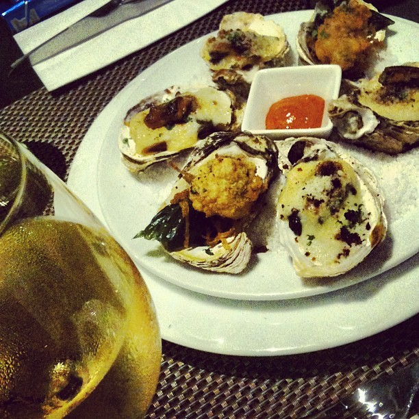 Oyster sampler and white wine. Perfect way to end a long and tiring day. Wish u were here @marbeego and @thebaghag x lafang lang! (at Myron's Place)