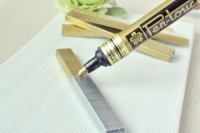 cajunmama:  (via Paint Your Staples « Do It And How)Need gold staples? Purple? Red? Whatever – just use a paint pen (and let dry) before you put them into your stapler!