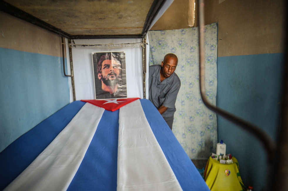 fotojournalismus:  A Cuban inmate decorates his jail with patriotic symbols in 'Combinado del Este' prison, on April 9, 2013 in Havana. [Credit : Adalberto Roque/AFP/Getty Images]