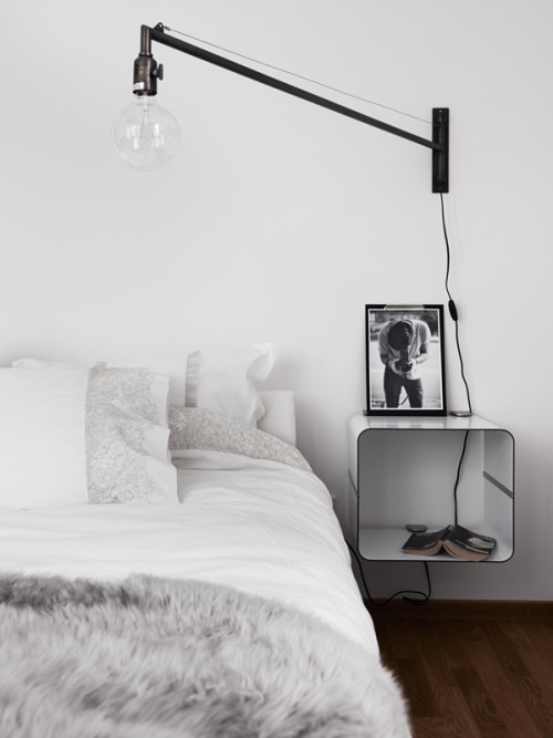 i never tire of black and white bedrooms. more on stil