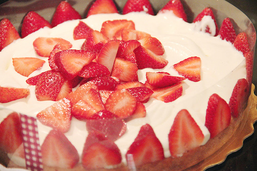 cinnahearts:  Assembling the Strawberry Bavarian Cake (by bottomless tummy)