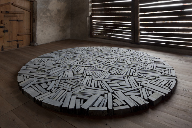 kapujanincs:  Richard Long Autumn to Winter Circle (2010) cut slate (delastone) diameter 500 cm