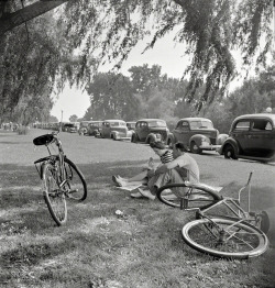 bygoneamericana:  Sunday loungers at Hains Point. Washington, D.C. 1942. By Marjory Collins