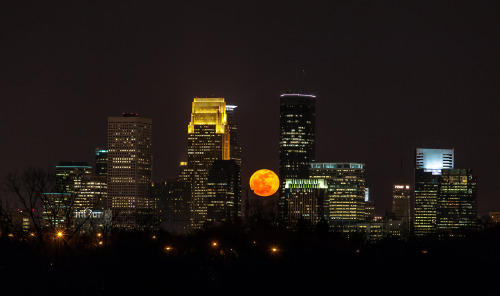 beniciodeltorso:  Hot damn, the full moon last night in MPLS.