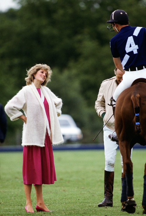dianaspot:  Diana casually chatting with Prince Charles in a bright frock and comfy cardigan. June 1984