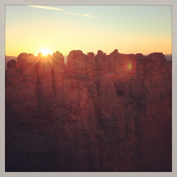 Good morning.  #utah #sunrise #hoodoos (at Bryce Canyon National Park)